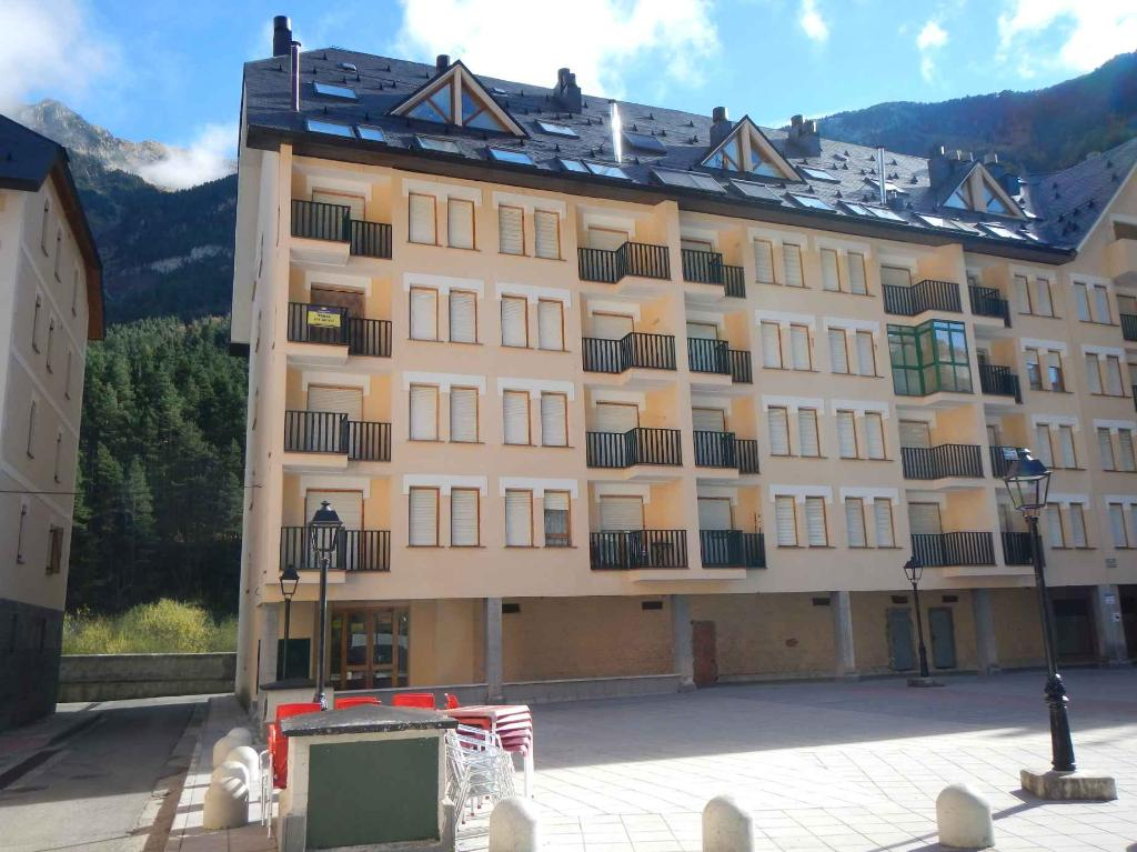 8 LOCALES EN CANFRANC (Canfranc)